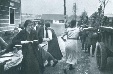 Snímek z nacistické propagační publikace zachycuje občerstvení wehrmachtu v říjnu 1938 ženami z Pumperle