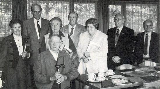 """Na snímku členů """"Heimatkreis"""" v květnu roku 2000 stojí zcela vpravo, odleva jsou tu zachyceni Johanna Wimbersky, Franz Matejka, Rosa Tahedlová, pod ní s holí sedící Richard Schiefer"""