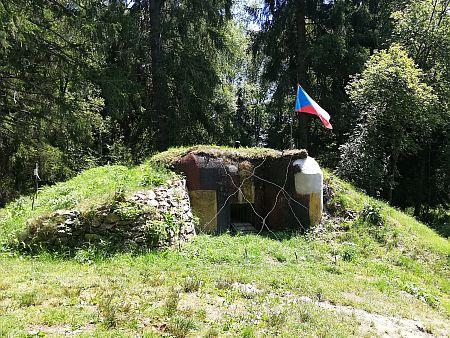 Jeden z bunkrů československého opevnění při železniční trati z Lenory do Volar, jak se se dochoval u Soumarského mostu