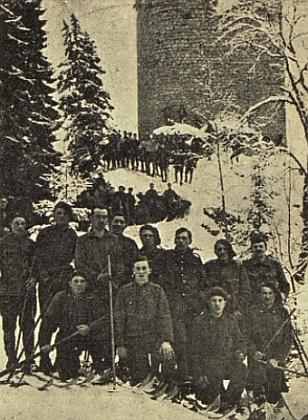 Absolventi vojenského lyžařského výcviku pod Kunžvartem v zimě roku 1923
