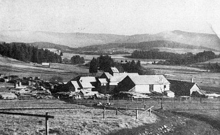 Salzerův mlýn v Řasnici, v pozadí lenorské nádraží