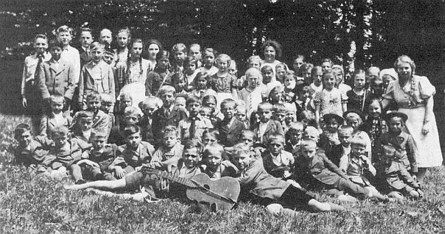 """Na školním výletě z Vlčích Jam (Wolfsgrub) v roce 1942 k pramenům Vltavy, ležícím tehdy ve """"Velkoněmecké říši"""", s mladou paní učitelkou Gerdou Ranklovou z Dobré (Guthausen)"""