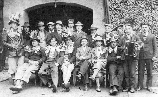 Rekruti z Pumperle jsou zde zachyceni s jeho dědečkem Aloisem Spannbauerem, označeným na snímku křížkem