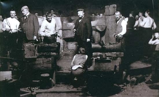 Provoz huti v Klášterském Mlýně kolem roku 1900 (Max Spaun v čepici druhý zleva)