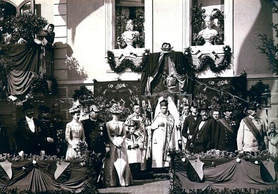 Snímek slavnosti na náměstí v Rejštejně kolem roku 1890 zachycuje nalevo Maxe Spauna, uprostřed místního faráře Jakoba Klostermanna, vpravo od něho s plnovousem jeho bratra, spisovatele Karla Klostermanna apochází ze spisovatelovy pozůstalosti v Muzeu Šumavy