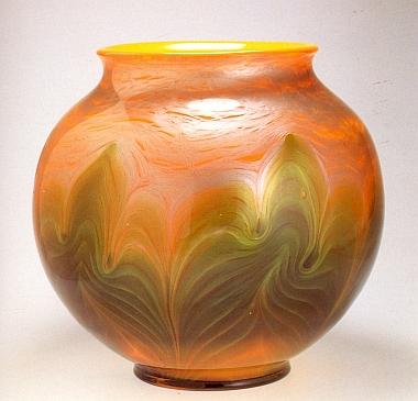 Dvě vázy podle návrhů Leopolda Bauera z roku 1906
