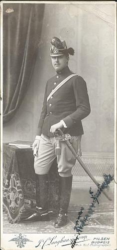 """Max Spaun mladší jako poručík dělostřelectva na snímku zfotoateliéru """"J.F. Langhans & Co. Pilsen / Budweis"""" někdy zobdobí let 1905-1908"""