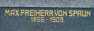 Hrobka rodiny Lötzovy a Spaunovy v Rejštejně s detailem jeho náhrobku...