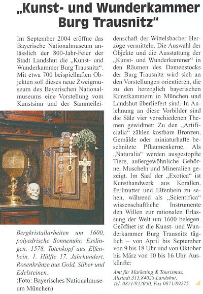 """Práce z horského křišťálu, pořízené někdy kolem roku 1600, mnohostěnné sluneční hodiny původem z Esslingen (1578), lebka ze slonoviny (1. polovina 17. století) a růženec ze zlata, stříbra a drahokamů na výstavě """"Kunst- und Wunderkammer Burg Trausnitz"""", konané k jubileu 800 let města Landshutu roku 2004 v prostorách zámku Trausnitz"""
