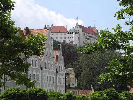 Zámek Trausnitz nad Landshutem na snímku z roku 2005 smodrobílou bavorskou vlajkou nad střechami