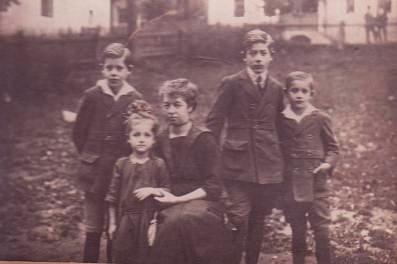 Ovdovělá matka s dětmi: za ruku drží malou Rosl, Lothar stojí zcela vpravo