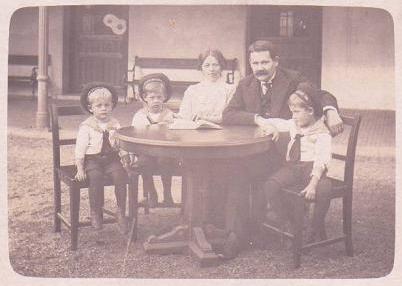 S rodiči a oběma bratry Luisem a Walterem sedí první zleva