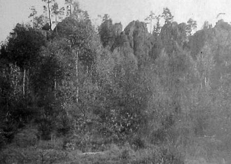 """""""Spiessovy skály"""" na dvou snímcích, pořízených někdy ve třicátých letech dvacátého století a vlepených do německé kroniky města Nýrska"""