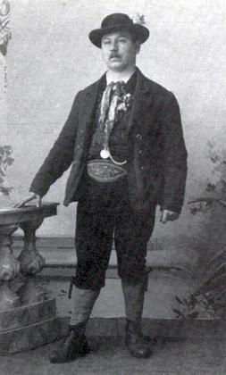 Jako ilustrace k jeho Prachatickým historiím posloužily tyto dva snímky prachatického mužského kroje     z přelomu 19. a 20. století (vlevo Karl Geier, vpravo Konrad Paul)