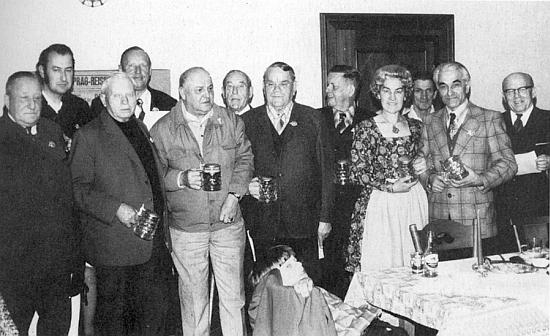 Na snímku z roku 1975, zachycujícím setkání zasloužilých členů sdružení Bayerischer Wald Verein, stojí šestý zleva vzadu uprostřed