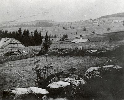 Scheurek na celkovém záběru a místní škola