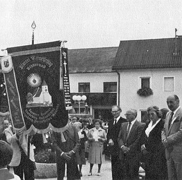 Při prvém příhraničním setkání Malontských ve Windhaagu v srpnu 1982 stojí třetí zprava před rodáckou farní korouhví