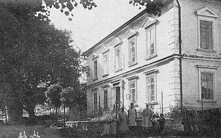 Škola v Bělé, kde se učil, na snímku z roku 1930