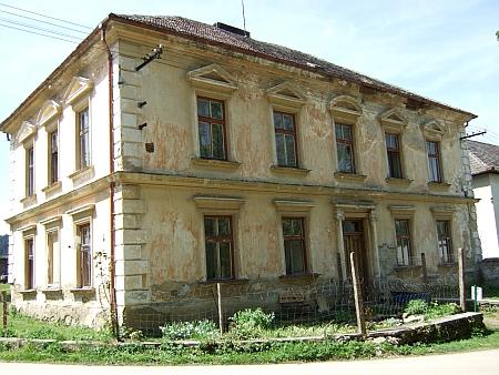 Neblahý stav školy v Bělé na snímcích z května 2009...