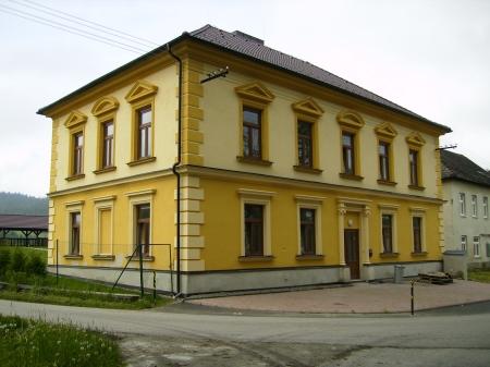 ... a již opravená budova na jaře 2013