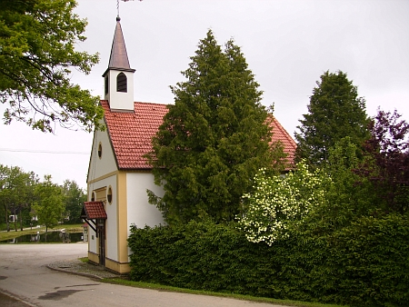 I jeho zásluhou opravená návesní kaple v Bělé