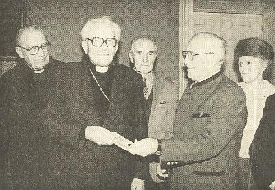 Johannes a Herta Spörkerovi předávají v prosinci 1991 na lineckém biskupství českobudějovickému biskupu Liškovi za přítomnosti faráře Ťoupalíka z Malont (prvý zleva) peněžitý dar na záchranu poutního kostela ve Svatém Kameni