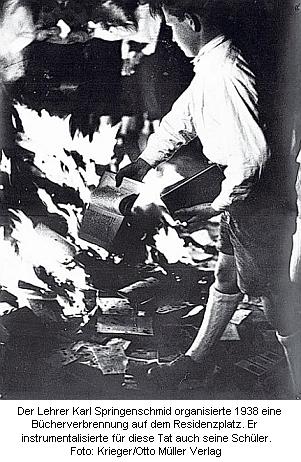 Děsivý záběr z pálení knih na náměstí Residenzplatz vSalcburku, které jako učitel organizoval se svými žáky
