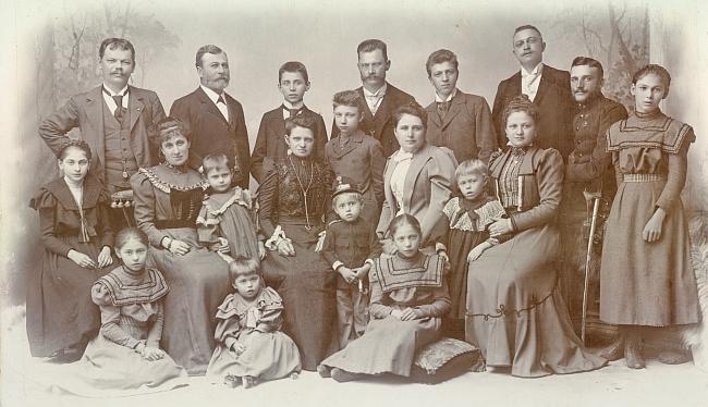 Na této rodinné fotografii neobyčejné věrnosti stojí v zadní řadě druhý zleva