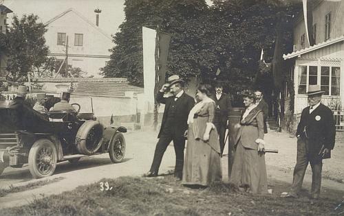 Snímek, zachycující jej při císařských manévrech roku 1913 v Chotovinách uTábora,     provází legitimace s vlastnoručním podpisem, kterou měl při nich naklopě