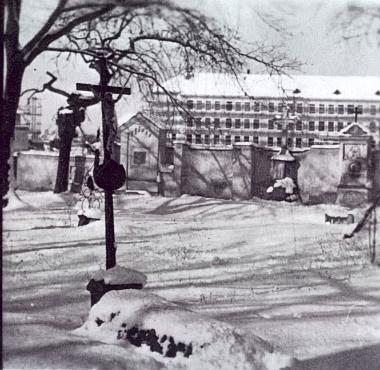 Hrob na Staroměstském hřbitově v Českých Budějovicích, v němž spočinuly ostatky Stabernakových rodičů aprvní jeho manželky     a jehož kříž byl neznámými vandaly odcizen (v pozadí snímku tehdy nová škola v Nerudově ulici, postavená v roce 1957)