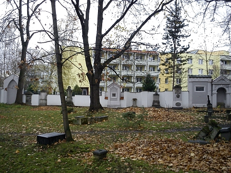 Dnes (2013) stíní budovu školy penzion pro seniory, hroby již většinou patrné nejsou