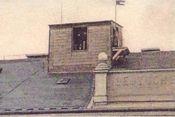 Detail z dobové pohlednice zachycuje meteorologickou laboratoř na střeše gymnázia