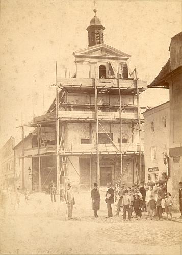 Z jeho půstalosti pochází i tento vzácný snímek ze září roku 1892, zachycující obnovu fasády svatoanenského kostela