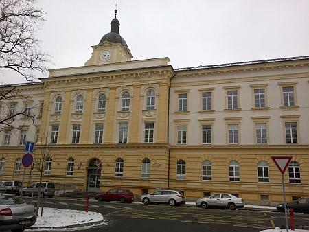 Průčelí budovy někdejšího městského chudobince (dnes budova Krajského úřadu v ulici Boženy Němcové)