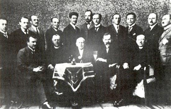 """Na snímku """"profesorského kolegia"""" českokrumlovského gymnázia je on tím stojícím pátým zprava"""
