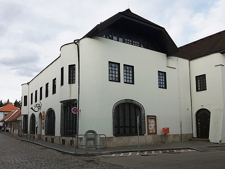 Dnešní podoba (2018) domu čp. 193 na Latráně, budova z roku 1911 byla přestavěna počátkem devadesátých let 20. století