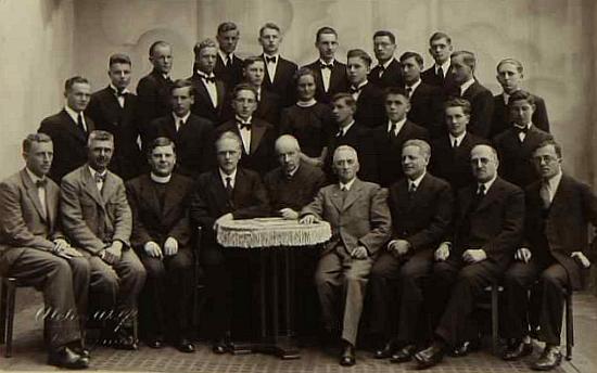 """Toto je snímek maturantů českokrumlovského gymnázia ještě """"za první republiky"""" roku 1937 a ten muž za stolkem vpředu čtvrtý zleva je on"""