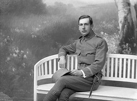 """Snímek z českokrumlovského fotoateliéru Seidel z dubna roku 1918 je psán na jméno Gustav Stadler,     jako adresa je uvedena Frövesgasse - """"našemu"""" Gustavu Stadlerovi bylo tehdy 37 let, takže on tím vojákem jistě není"""