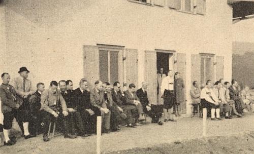 S Erichem Hansem a Adolfem Webingerem návštěvou na stanovém táboře na Třístoličníku v roce 1955, kdy se tu zúčastnil vysvěcení domu šumavské mládeže, jak to zachycuje snímek, kde sedí ve skupině nalevo druhý zprava vedle Webingera při Hansově zahajovacím projevu