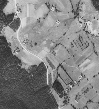 Vpravo nahoře podle plánků osady stával kdysi Stanglův mlýn - část Černého Údolí na leteckých snímcích z let 1952 a 2008