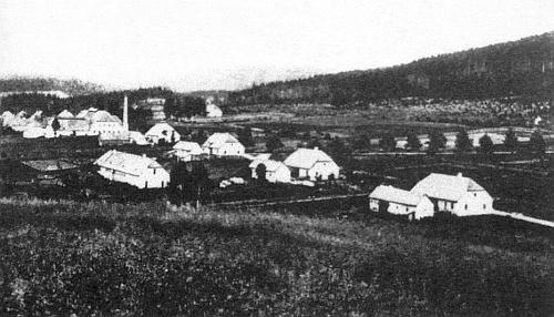 Jiná stará pohlednice zachycuje Černé Údolí i se zdejší sklárnou trochu více zblízka