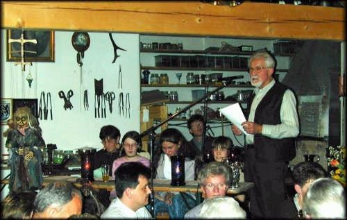 """Čte ve sklářské hospodě v Riedlhütte ze svých textů o """"Durandlovi"""""""