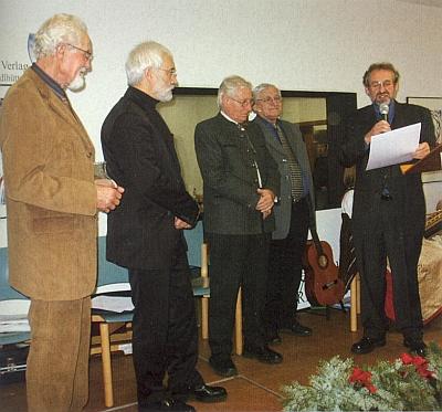 """Při  udělování ceny """"Baumsteftenlenz-Preis"""" v roce 2005 ho vidíme vedle Karla-Heinze Reimeiera stát prvního zleva, první vpravo hovoří právě Hans Schopf a vedle něho druhý zprava stojí laudátor Adalbert Pongratz"""
