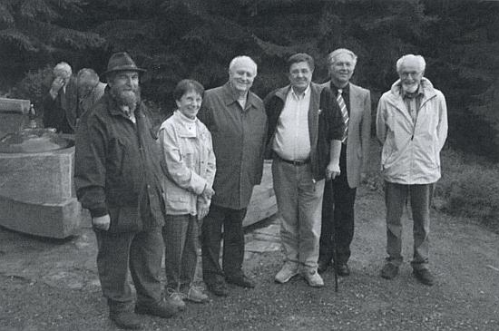 Zcela vpravo na témže místě po boku Dr. Vladimíra Horpeniaka, druhou zleva vedle bělovlasého pasovského biskupa z let 1984-2001 Franze Xavera Edera vidíme Stegerovu manželku Christu