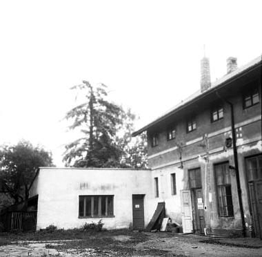 Někdejší slévárna barevných kovů firmy Stegmann ve dvoře dnešního Krajského úřadu zachycená na snímku zroku 1956, kdy byl už její interiér upraven na závodní kuchyni a jídelnu tehdejšího Krajského národního výboru anižší nová přístavba sloužila jako knihovna a klubovny