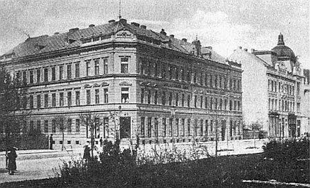Budova Stegmannova závodu, dnešní Krajský úřad v Českých Budějovicích, přes Lidickou ulici naproti Jihočeské vědecké knihovně (viz i Margarethe Hampelová)