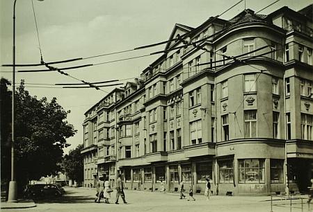 Bydlel v tomto domě na nábřeží Malše, kde sídlila proslulá českobudějovická kavárna Savoy