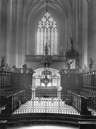 Chórové lavice klášterního chrámu ve Vyšším Brodě se západním oknem vpozadí...