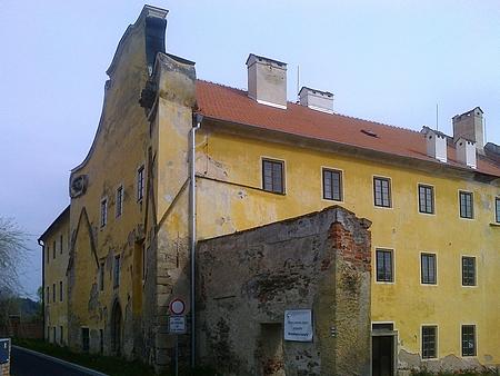 Bývalý laický kostel sv. Markéty ve Zlaté Koruně - původně gotická stavba z konce 14. století sloužila po zrušení v 19. století jako manufaktura pro výrobu sirek; právě z něj byla do Hodňova přenesena báň na kostelní věž a část inventáře