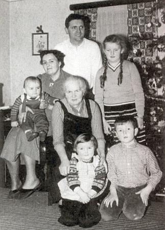 O Vánocích 1960 je ona tím tříletým děvčátkem doleuprostřed